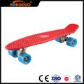 Personalize plataforma de skate de quatro rodas pequenas