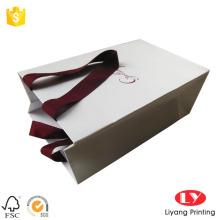 Kırmızı damga logosu ile kağıt hediye çanta