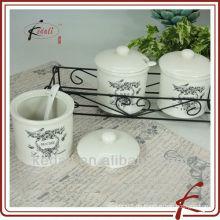 Gewürzglas und Löffel mit Eisenständer