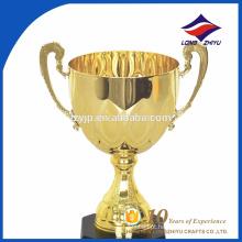 O troféu do campeonato de maratona copo de pé alto