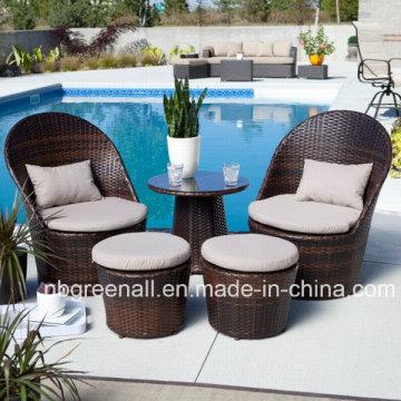 Кофейный столик для отдыха с журналами из ротанга