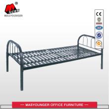 Односпальная кровать с металлической пластиной