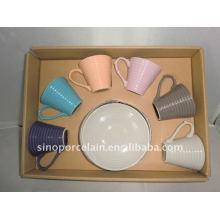Цветная глазурованная керамическая чашка и блюдце