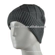 El invierno hizo punto el sombrero de las lanas para los hombres hizo punto los sombreros de lana de los hombres