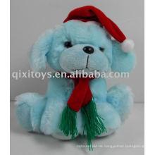 Gefüllter Weihnachtshund mit Hut und Schal