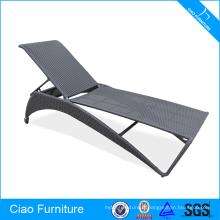 La chaise d'hôtel utilisée et la chaise extérieure de meubles roule la chaise longue