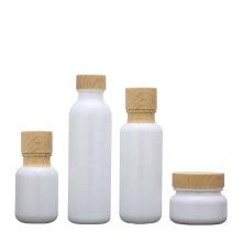 Weiße Glasflaschen Gläser mit Holzmaserung
