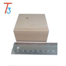 Caja de madera de regalo hecha a mano de madera con forma de regalo.