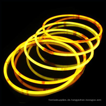 Halskette mit gelbem Leuchtstab