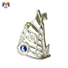 Insignia de pata de león de velero personalizada con baño de oro.