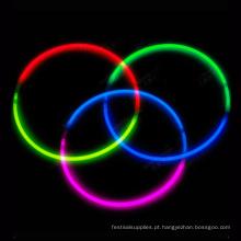 colar de brilho de três cores no escuro