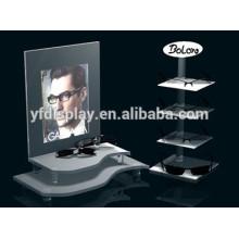 claire debout et plusieurs lunettes acrylique en plastique titulaire