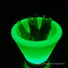 O diodo emissor de luz ilumina-se acima da tabela de barra iluminada plástica da cubeta de gelo para a cubeta da cerveja
