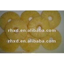 консервированными фруктами, ломтиками ананаса в светлом сиропе