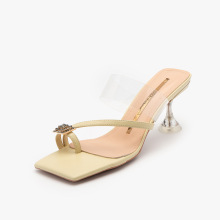 Cristal 2021 com sandálias de tiras transparentes de salto alto