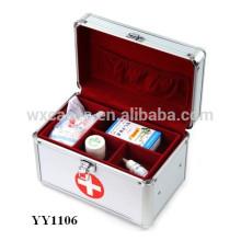 caixa de primeiros socorros de alumínio prata com uma bandeja para dentro