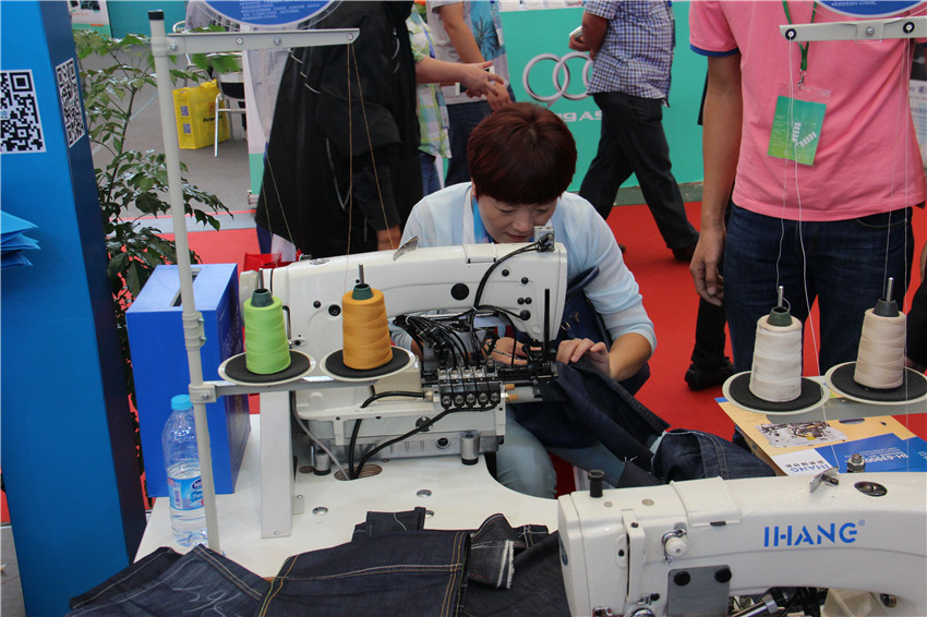 Industrial Overlock Sewing Machine