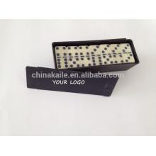 Domino dans une boîte en plastique