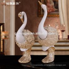El dormitorio del art déco de las ventas al por mayor que adorna a los amantes modificados para requisitos particulares del cisne que brilla la estatua de la resina del arte del oro