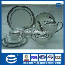 L'hôtel a utilisé un ensemble de thé en céramique argenté avec des assiettes à dessert en porcelaine