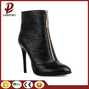 Fine serpentine black zipper closed ladies boots