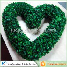 o coração de yiwu deu forma ao plástico decorativo verde da grinalda do Natal, guirlanda do coração do boxwood do falso