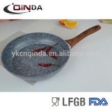 Poêle ronde enduite en pierre grise de granit avec la poignée en bois d'effet