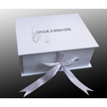 Caja de regalo con mango y logotipo del comprador