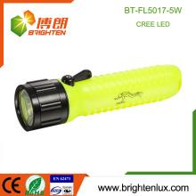 Vente en vrac Utilisation portable de plongée d'urgence Matériel en plastique High Bright Puissant 5watt OEM Cree a conduit la torche de plongée avec 4 * AA Battery