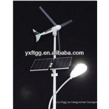 Vertical de las luces de la calle de la turbina de viento con el poste