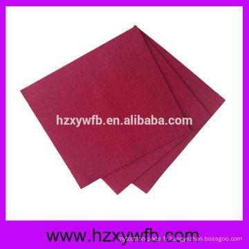 Découpage d'une serviette de table en lin à motif de serviettes de table
