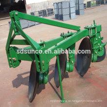 Traktor montiert Scheibenpflug