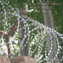 Забор из колючей проволоки катушки