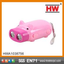 Desenho dos desenhos animados rosa mão porco pressionando lanterna