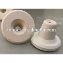Profesional produciendo cuplocks de cerámica