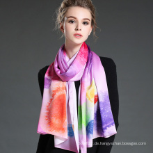 Die neue Dame, die langen Schal färbt