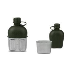 Botella de plástico con una lata de aluminio Mess