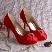 Zapatos rojos de la boda de la plataforma con los encantos