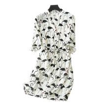 Vestido de seda feminino acima da impressão de joelhos Decoração de padrão de cisne / guindaste V-neck com meias mangas de cinto Vestidos