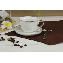 Tazas y platillos de té baratos de la venta con el borde de la astilla