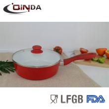 белая керамическая глубокая сковородка с крышкой