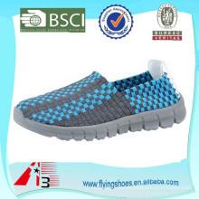 Nuevos zapatos tejidos hechos a mano ligeros policromos del ocio