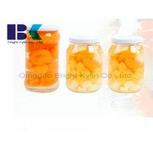 Чистый и вкусный консервированный желтый персик в сиропе