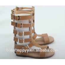Las últimas sandalias vendedoras calientes del gladiador del marrón de la muchacha del niño de los cabritos