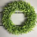 Красивые круглой формы искусственные листья висят венки для домашнего декора