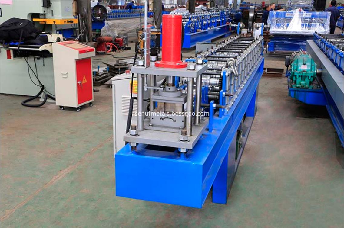 Roller shutter door forming machine cutter