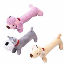 quietschender Plüschhund kaut Spielzeug to