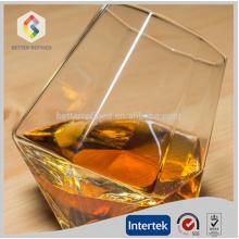 main, soufflé Coupe du verre à vin whisky clair