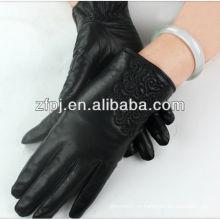 Señoras negro de mediana longitud guantes de mano de conducción de un coche
