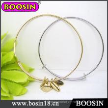 Bracelet en fil d'or / manchette avec breloque estampée / bracelet ajustable